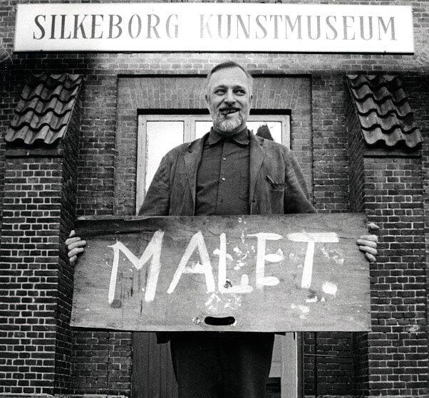 Jorn foran Silkeborg Kunstmuseum
